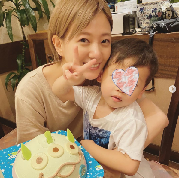 """伊藤千晃、3歳息子との""""だっこ2SHOT""""公開に反響「可愛すぎてキュン」「ママ3年目も頑張ってね!」"""