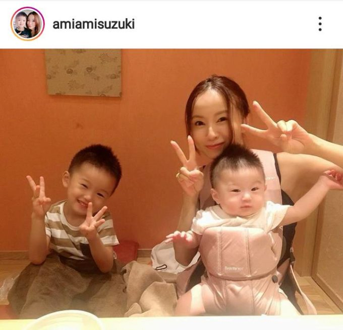 """「ソックリですね」鈴木亜美、長男&次男との親子3人""""外食SHOT""""に反響「3人の天使が」"""