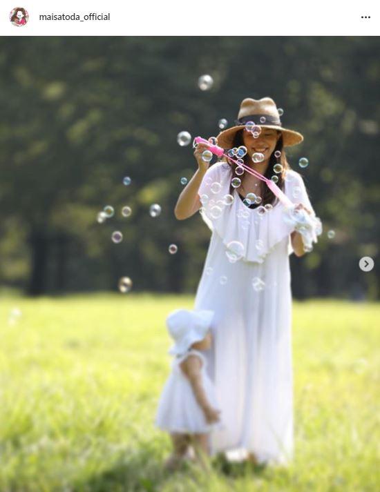 """里田まい、子供たちとの""""夏の思い出""""SHOTに反響「絵になるような素敵な写真」「一番幸せな日常」"""