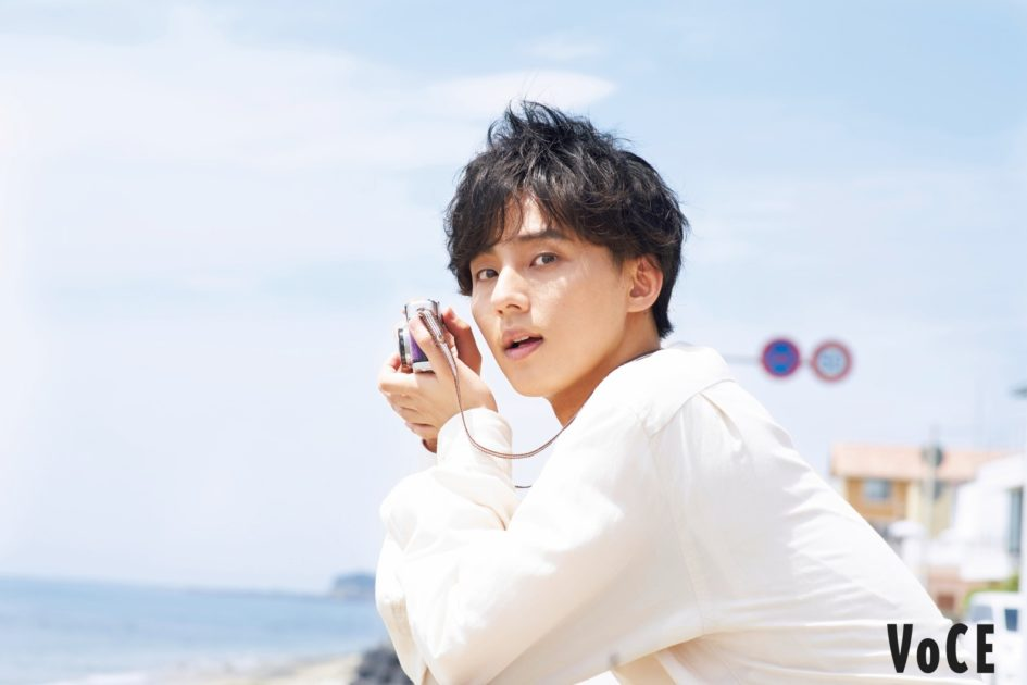 キスマイ藤ヶ谷太輔、海辺デート風のリラックスSHOT公開サムネイル画像