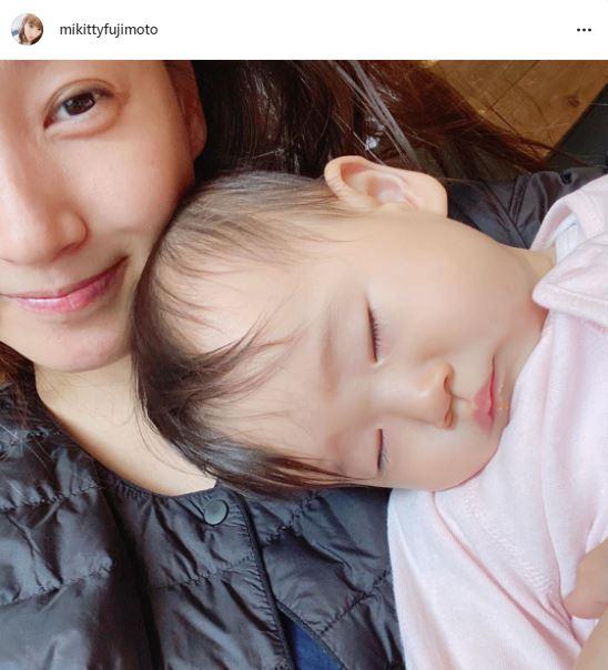 藤本美貴、もたれて眠る次女との微笑み2SHOTに「めちゃくちゃ可愛い」「ミキティもママのお顔」の声