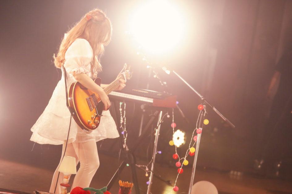 コレサワ、初の無観客LIVE「HEART BREAK TOUR!!~Home Party~」から「帰りたくないって」のLIVE映像を公開サムネイル画像