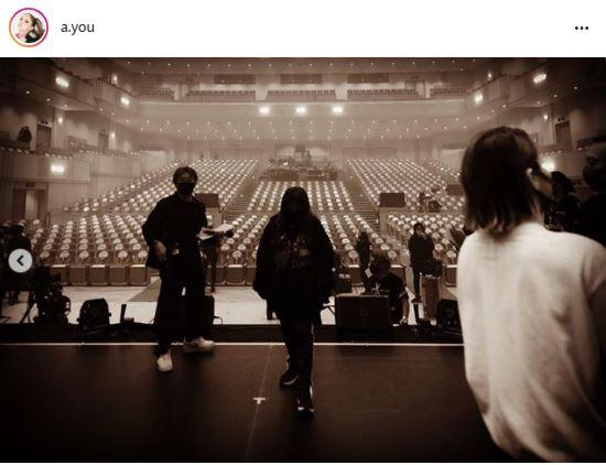 浜崎あゆみ、客席を見つめる後ろ姿公開&配信ライブでの配慮を明かす「『いつものピンクの海』を…」