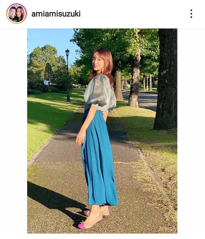 「綺麗なママ」鈴木亜美、爽やかなブルーコーデに絶賛の声「スタイルのよさ」