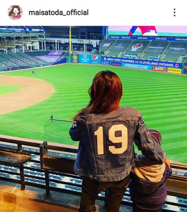 """里田まい、夫・田中将大選手の番号を背負った""""応援SHOT""""に「素敵な奥さま」「愛に溢れている」"""