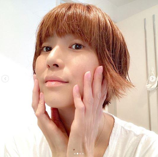 """hitomi、次男の4歳誕生日を報告し""""横顔SHOT""""公開&美肌の顔アップ写真に反響「超絶美しい」"""