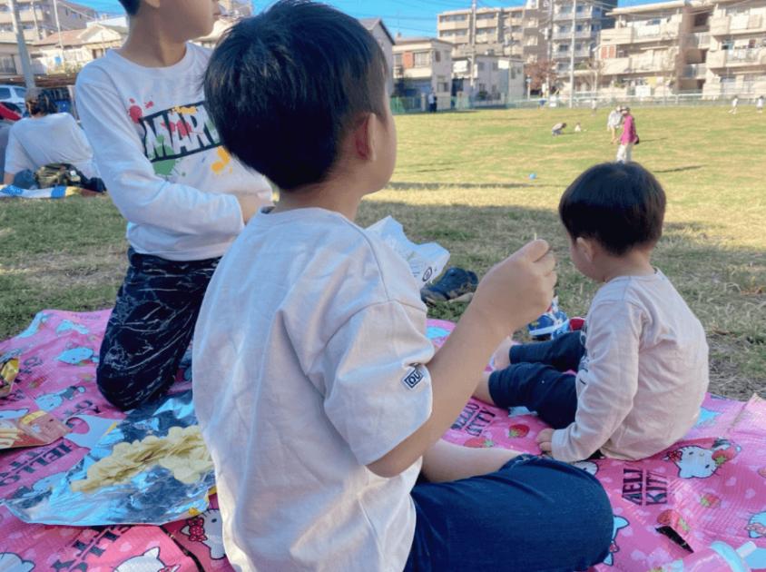 """辻希美、子供たちと公園にお出かけ&青空の下での息子3人""""おやつSHOT""""公開「もぉ~最高」"""