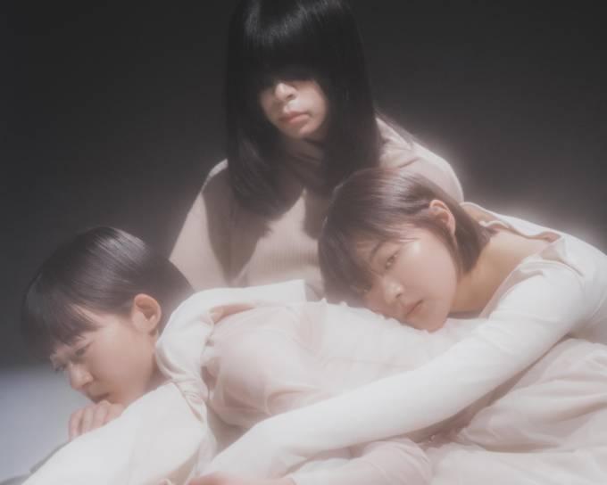 羊文学、12月9日(水)発売メジャーデビューアルバム「POWERS」のジャケット写真、収録詳細が解禁