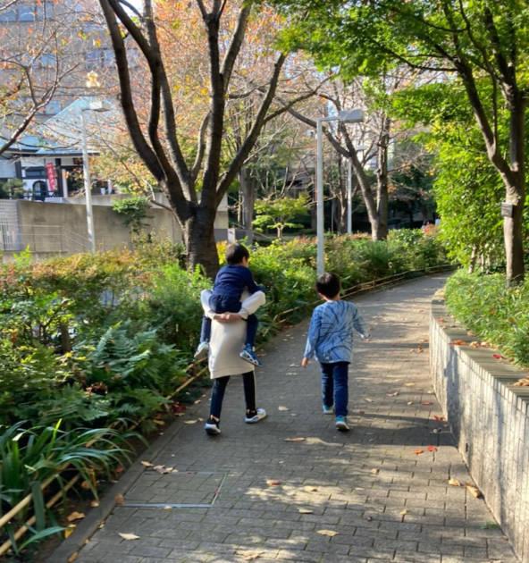 """hitomi、夫不在の""""ワンオペ""""な休日を報告&子供たち4人の姿も公開「楽しいみたいね」"""