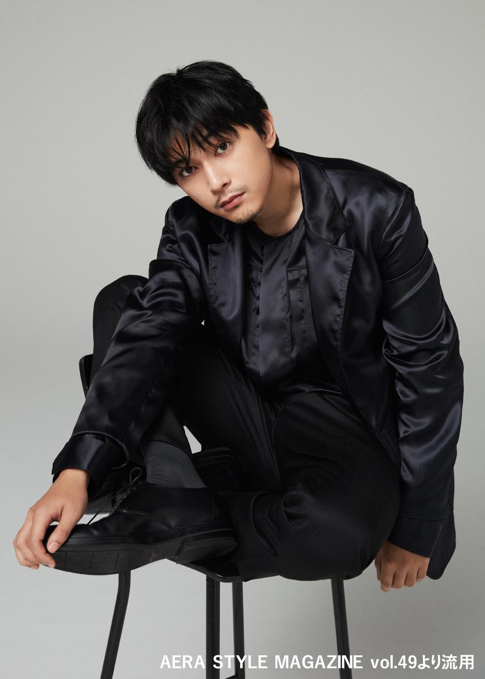 """吉沢亮、大人の男の""""色気""""を感じさせるブラックスタイルを披露"""