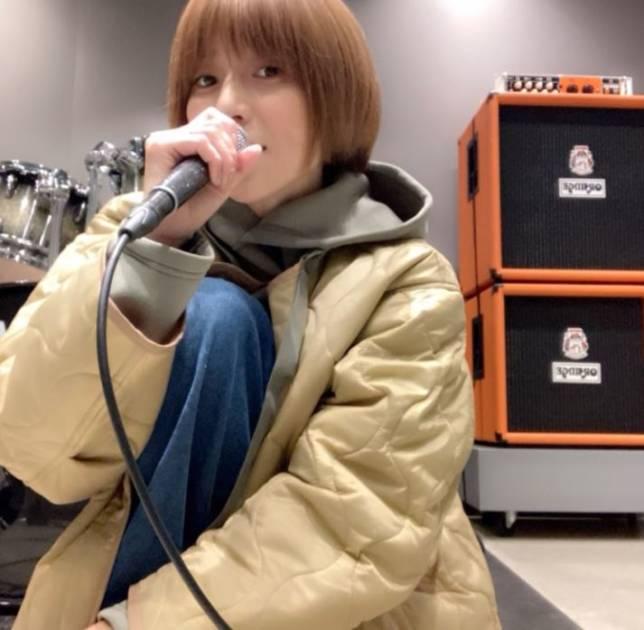"""hitomi、三男との息抜きSHOT&""""歌うお仕事""""の練習を明かす「スタジオに入って…」"""