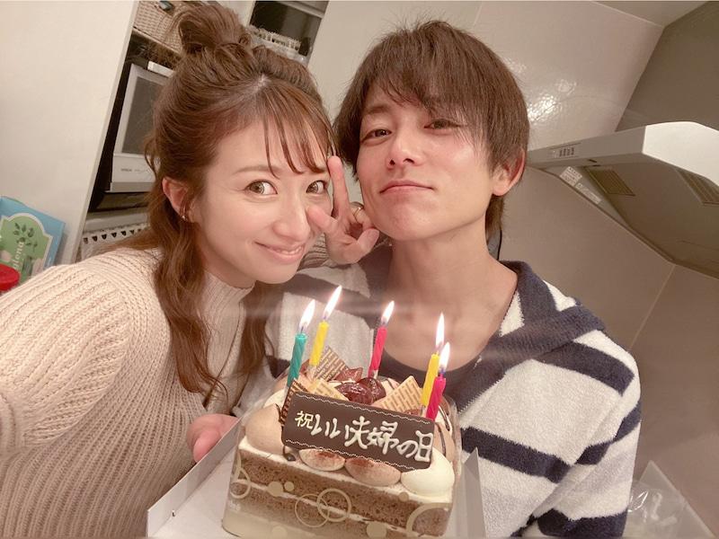 """辻希美、夫・杉浦太陽と""""いい夫婦の日""""をケーキでお祝い&仲良し2SHOT公開「これからも宜しくね」"""