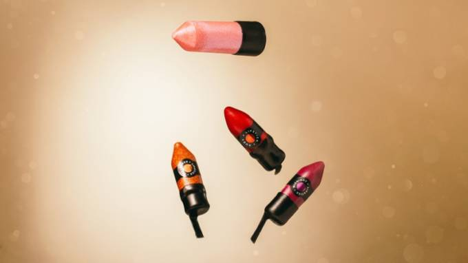 LUSH、ホリデーシーズン限定カラーのヴィーガンメイク商品全4種を発売