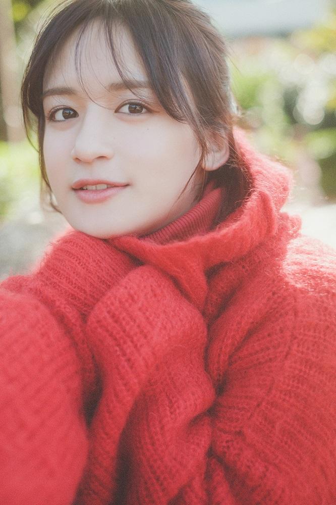 山出愛子、新曲「365日サンタクロース」がペアジュエリーブランド「THE KISS」のCMタイアップ曲に決定