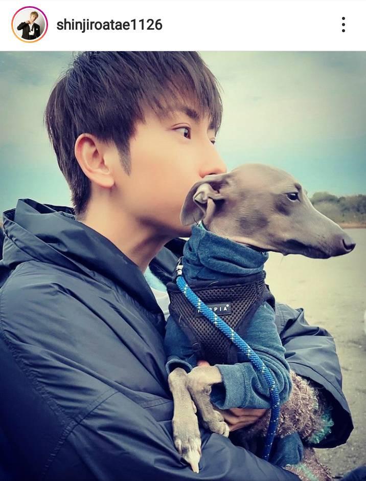 「国宝級のお顔」AAA與真司郎、犬を抱いたお茶目SHOTに絶賛の声「ずっと見てられる」