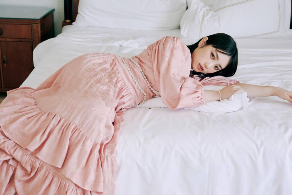 """乃木坂46・与田祐希、上品ドレスの""""寝ころび""""SHOT公開サムネイル画像"""