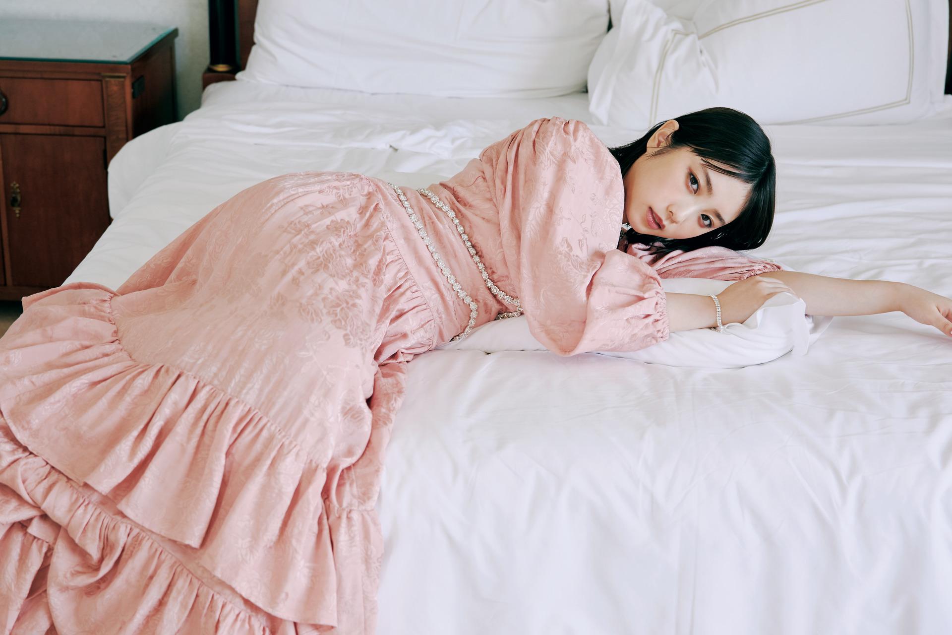"""乃木坂46・与田祐希、上品ドレスの""""寝ころび""""SHOT公開"""