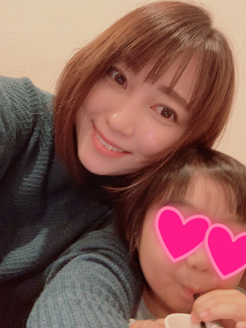 """飯田圭織、週に1度の""""娘との時間""""を報告&2SHOT写真を公開し反響「素敵な時間」「微笑ましい二人」"""