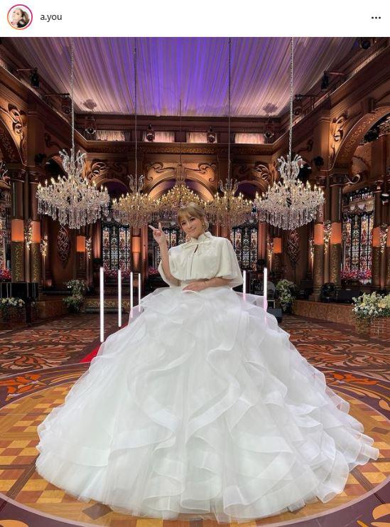 """浜崎あゆみ、白ドレスの""""ピース""""SHOTをファン絶賛「天使ですか?女神ですか?」「綺麗なお花の様」"""