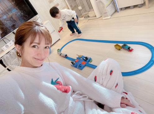 """辻希美、2歳目前の三男の""""物凄い成長""""に喜ぶも「ゆっくり成長してほしい」サムネイル画像"""