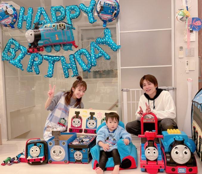 """辻希美、三男の2歳バースデーを祝う親子SHOT&大喜びの""""手作りケーキ""""公開「ママの子に産まれてきてくれて…」サムネイル画像"""