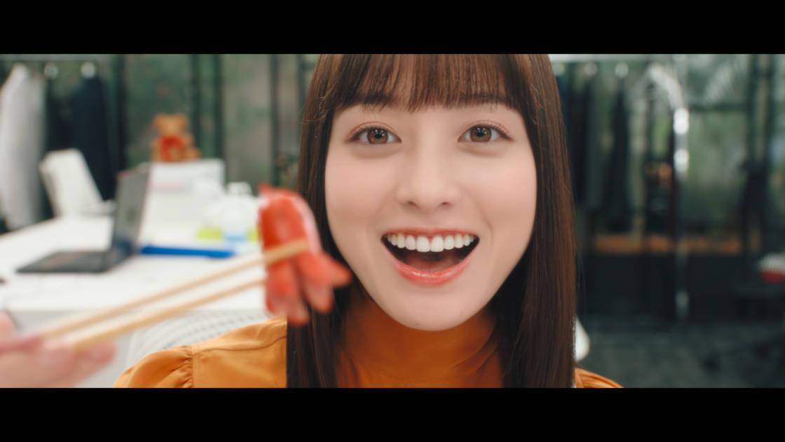 """橋本環奈、笑顔で""""あ~ん""""をする恋人風の新CMが公開サムネイル画像"""