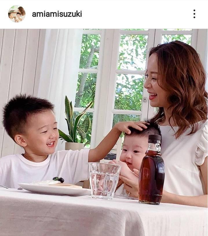 """「みんなそっくり」鈴木亜美、息子2人との""""親子3SHOT""""に反響「良い笑顔だぁ」"""