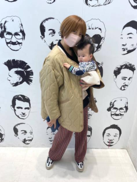 """hitomi「ムスメと原宿へ」長女との""""お出かけ""""SHOT&三男を抱っこした2SHOT公開「楽しかった」サムネイル画像"""