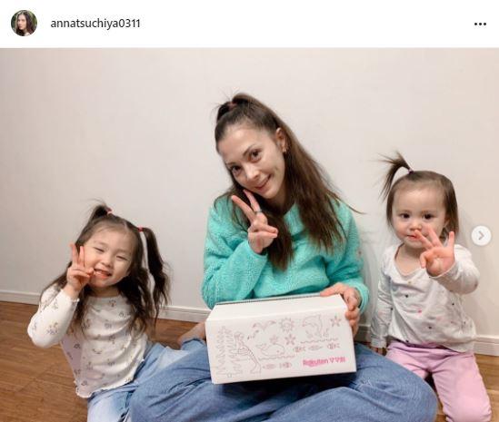 土屋アンナ、仲良し母娘3ショット公開に反響「ちっちゃいアンちゃんが居る」「みんな可愛い」