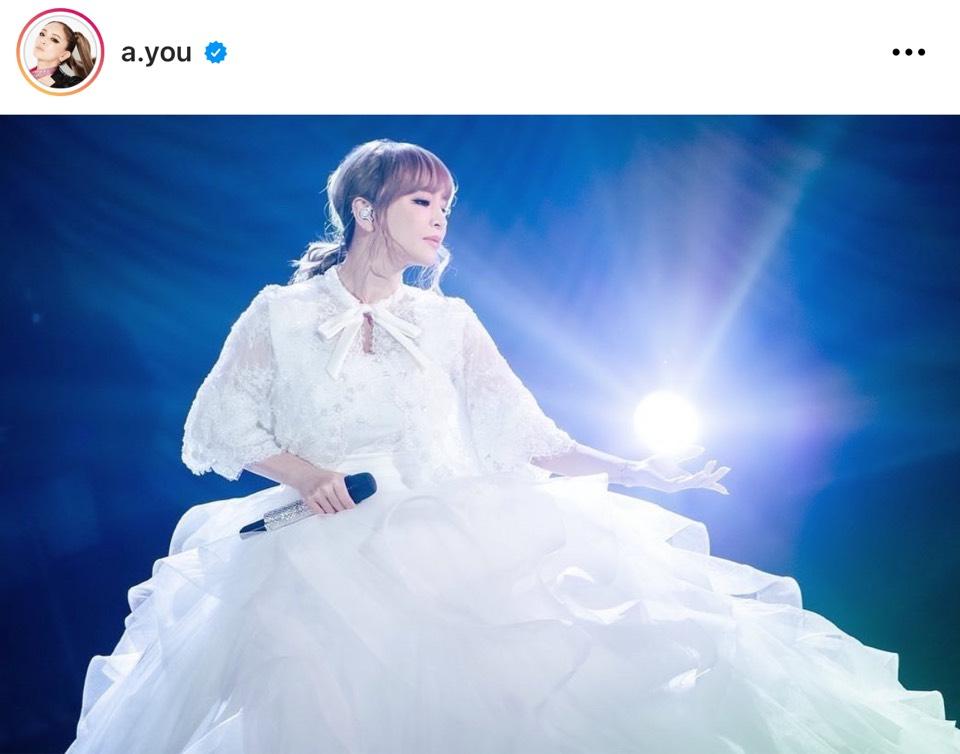 浜崎あゆみ、純白のドレスに身を包んだクリスマスライブのステージSHOTを公開