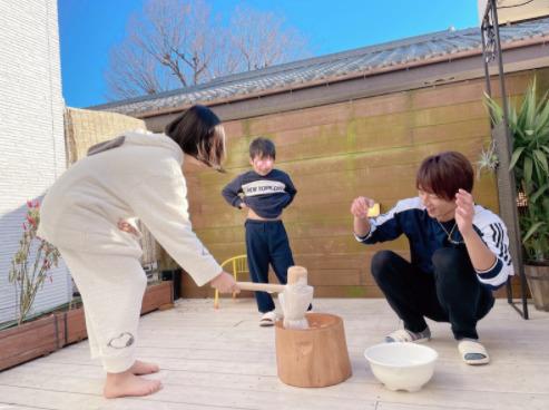 """辻希美、自宅バルコニーで家族揃っての""""餅つき""""SHOT公開「楽しかったしおいしかったです」"""