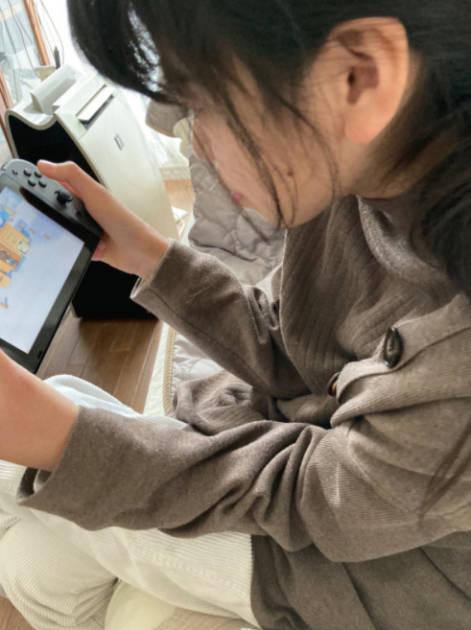 """hitomi、長女のゲームSHOT公開&""""最近の困りごと""""綴る「ママ友いないから…」"""