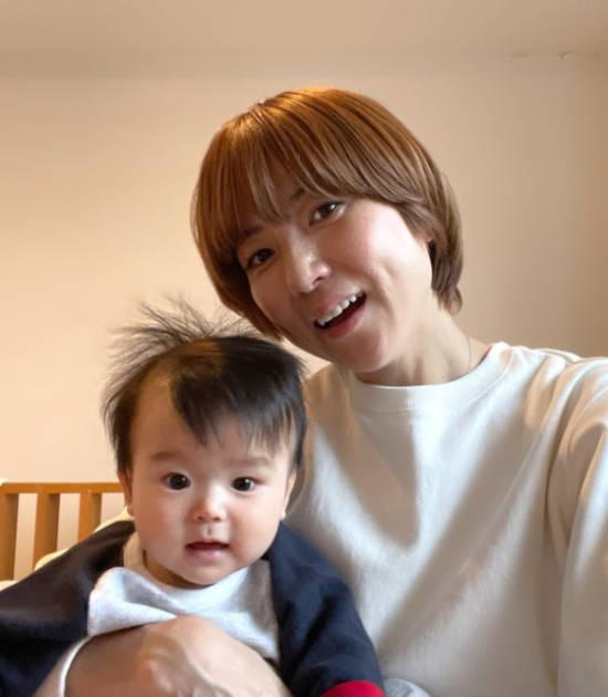"""hitomi、三男との""""抱っこ""""2ショット&自分への誕生日プレゼント公開「新調しました!!」サムネイル画像"""