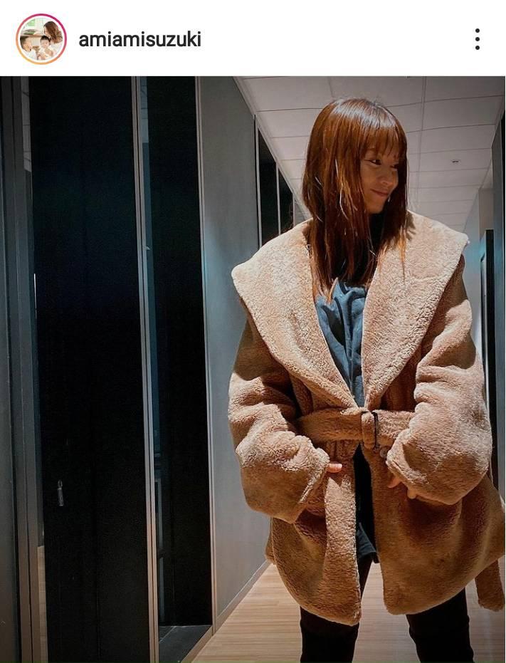 「20代に見える!!」鈴木亜美、美スタイルの私服コーデに反響「細いから似合うねー」