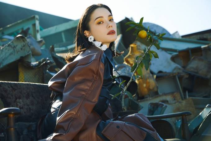 安田レイ、話題の新曲「Not the End」配信サイトで1位獲得