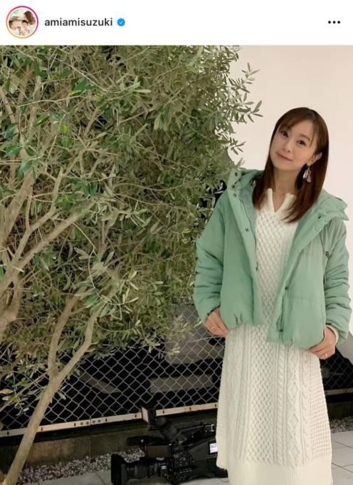 """鈴木亜美、爽やかな印象の""""ロングホワイトワンピ""""コーデに「素敵」「可愛い」"""