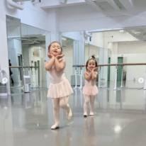 """土屋アンナ、長女&次女の""""バレリーナSHOT""""に「可愛さが溢れてる!」「妖精姉妹ちゃん」の声"""