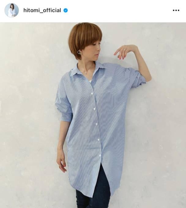 hitomi、美スタイルの爽やかシャツコーデに「とても綺麗」と反響&三男の寝顔も公開「朝寝でーす」