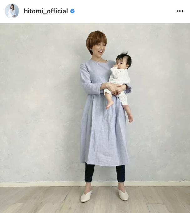 "hitomi、6ヶ月息子の検診報告&夫の""抱っこSHOT""公開に反響「パパさん格好いい」「素敵な写真」"