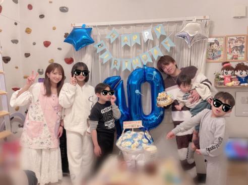 """辻希美、夫・杉浦太陽の誕生日を祝う家族6SHOT&""""ムキムキ""""ケーキ公開「凄く喜んでくれました」サムネイル画像"""