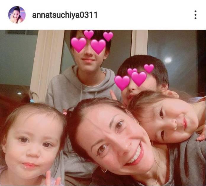 """土屋アンナ、子供4人と顔を寄せ合う""""バースデーSHOT""""に「心があったまる」「素敵な家族写真」サムネイル画像!"""