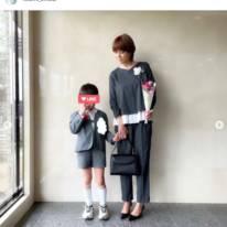 "hitomi、グレースーツの卒園""親子SHOT""公開に「息子ちゃん身長高めですね」「カッコ可愛いです」の声"