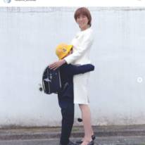"hitomi、長男の小学校入学を報告&甘える""抱きつきSHOT""公開「明日からちゃんと行けるかな」"