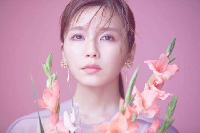 「脚きれいっ!」AAA宇野実彩子、春の水色コーデに絶賛の声「細い」「スタイル抜群」