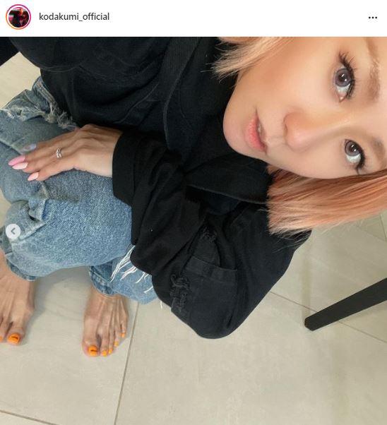 """倖田來未、しゃがみポーズの""""フットネイル""""SHOTに「細い」「足の指までひきしまってますね」の声"""