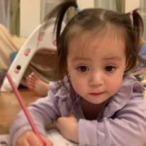 """「ママにそっくり!!」土屋アンナ、次女の""""お絵かきSHOT""""に反響「お人形さんみたい」「良く似てる」"""