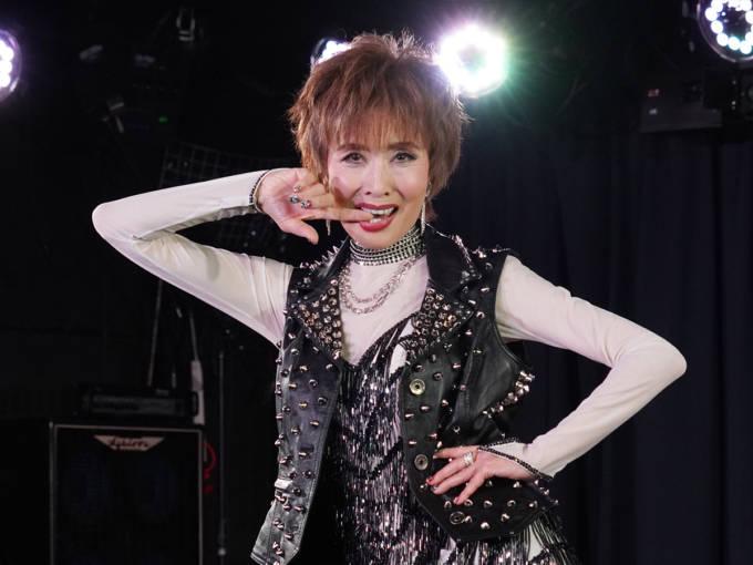 """夏に69歳の小柳ルミ子、キレキレダンスで""""69(ロック)""""な新曲を披露…現役は「89歳」まで!?"""
