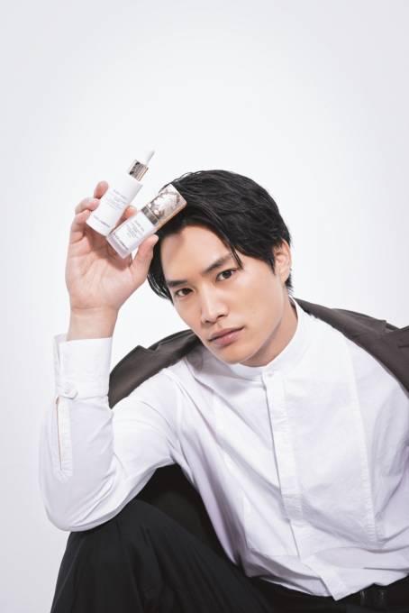 「ドルチェ&ガッバーナ ビューティ」のメイクアイテムがイケメンと美しき共演。第1回ゲストは 俳優の鈴木伸之