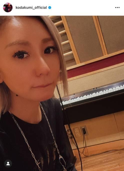 倖田來未、美脚チラリのスリットワンピコーデに反響「細過ぎぃ」「色っぽい」