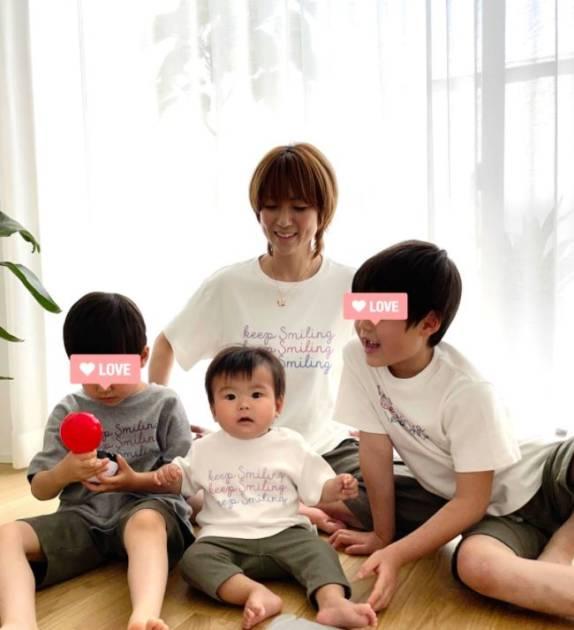 """hitomi、家族4人の""""リンクコーデ""""にファンほっこり「親子ペアルック素敵」「仲良しだぁ」サムネイル画像!"""